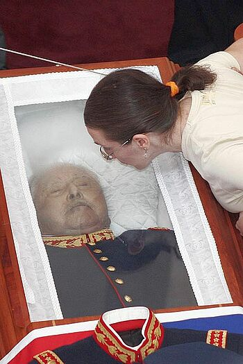 Pinochet's coffin in the hall of the military school, 2006